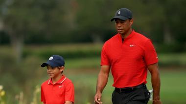 Charlie Woods, de 11 años, acompaña a su padre Tiger, durante los torneos de golf.