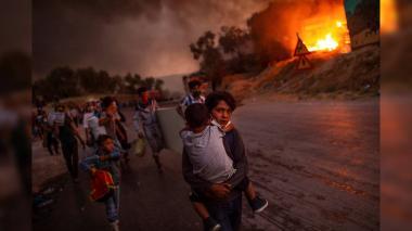 Foto del Año UNICEF con niños refugiados de campo en llamas de Moria.