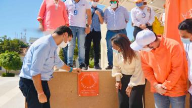 La ministra Carmen Vásquez en Valledupar develando las placas de dos Áreas de Desarrollo Naranja