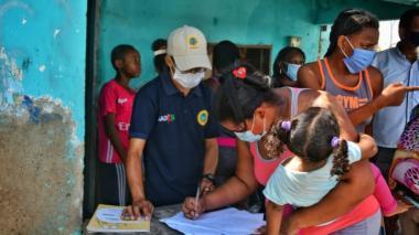 """El Dadis realiza cercos epidemiológicos en los barrios de Cartagena. En Olaya Herrera se cumplió la campaña """"Tusalu""""  en donde casa a casa sensibilizaron a la ciudadanía obre la importancia del autocuidado."""