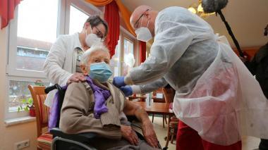 Mujer de 101 años, primera en recibir la vacuna de Covid en asilo de Alemania
