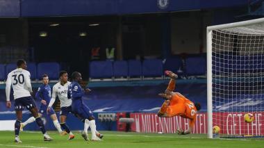Acción del gol de Olivier Giroud que no logró contener el arquero argentino Emiliano Martínez.