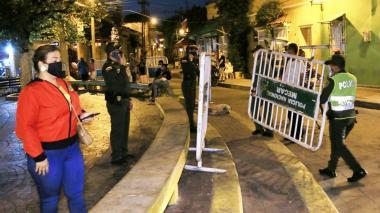 Policías instalan vallas en los alrededores de la Plaza de Getsemaní, en Cartagena.