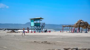 Playa de Puerto Colombia con poca presencia de bañistas.