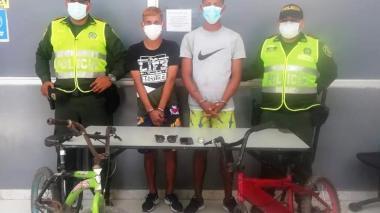 Los capturan tras presuntamente atracar y apuñalar a un adolescente
