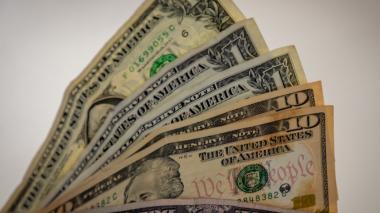 El dólar abre a la baja en la primera negociación del 2021