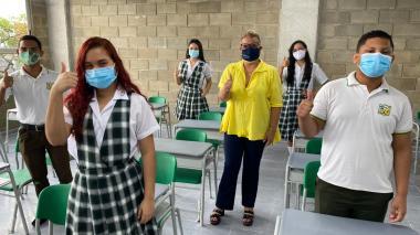 La secretaria Bibiana Rincón junto a alumnos de una institución educativa.
