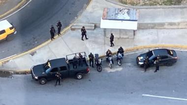 Fuerzas de seguridad de Maduro mantienen rodeada residencia de Guaidó