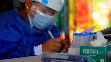Personal médico realizando pruebas PCR en Cartagena.