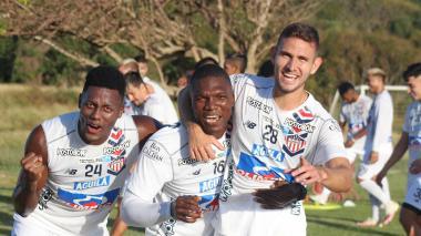 Dany Rosero, Germán Mera y Juan David Rodríguez durante la práctica del martes.