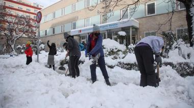 Madrid amanece aún con nieve que comienza a helarse, sin autobuses ni aviones