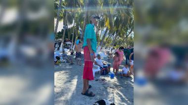 El hombre más alto de Colombia está de turista en El Rodadero