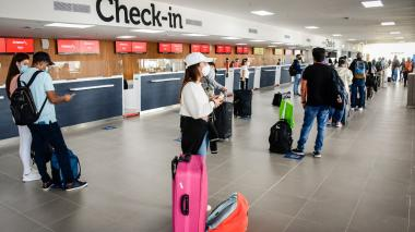 Viajeros en el aeropuerto Ernesto Cortissoz.
