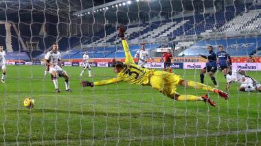 Luis Fernando Muriel define para anotar en la Copa de Italia frente al Cagliari.