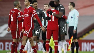 El Manchester United logró defender y mantener el liderato de la Premier.