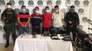 Los capturados presentados ante las autoridades.