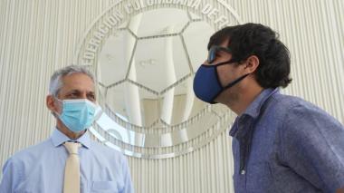 El técnico Reinaldo Rueda dialogando con el alcalde Jaime Pumarejo.