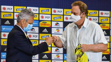 Ramón Jesurun y Reinaldo Rueda se saludan durante la presentación oficial del DT de la Selección.