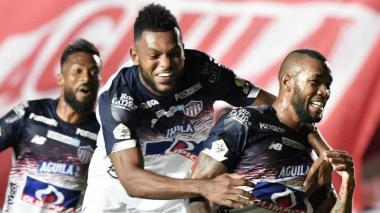 El delantero Miguel Borja celebrando un gol rojiblanco junto a Freddy Hinestroza.