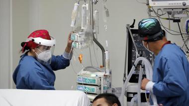 Colombia vuelve a rozar la cifra de 400 muertes diarias de covid-19