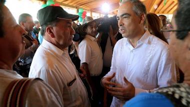 El ex Alto Comisionado para la Paz, Rodrigo Rivera (derecha), habla con Emilio Cabrera Díaz, alias