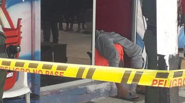 El joven extranjero murió en el acto con los proyectiles disparados.
