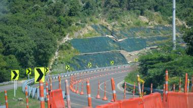 Uno de los tramos de la vía que fue afectado por los deslizamientos.
