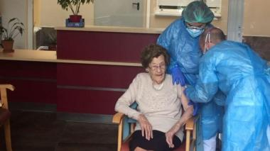 Una anciana de 105 años recibe la segunda dosis de la vacuna en España