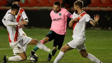 Lionel Messi elude a tres rivales del Rayo Vallecano.