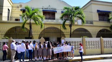 Estudiantes y profesores en las afueras del colegio San Miguel del Rosario, luego de que se anunciara la crisis financiera que atraviesa la institución.