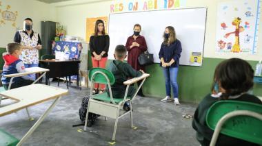 La ministra de Educación, María Victoria Angulo, visita un colegio en alternancia.