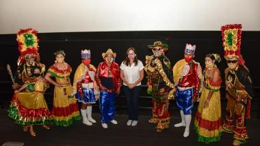 La secretaria de Cultura de la Alcaldía, María Teresa Fernández, hizo entrega de los reconocimientos a los hacedores de la fiesta.