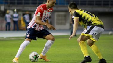Marlon Piedrahíta enfrenta a Leonardo Saldaña en un mano a mano en la banda derecha de Junior.