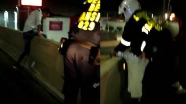 Heroico agente salva a hombre que iba a lanzarse de un puente por amor
