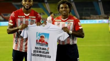 Miguel Borja y Fabián Viáfara posan con la camiseta en el homenaje realizado.