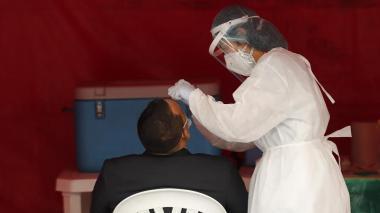 Personal médico realiza pruebas covid-19, en Bogotá.