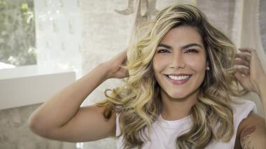 Peine el cabello como le guste lucirlo, ya sea dividido en la mitad o dividido a medio lado. Como tip evite usar productos con alcohol en el cabello decolorado, pues estos generan daños en la fibra capilar.
