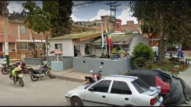 Responden tres policías por incendio en estación de Soacha