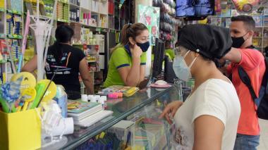 Varias personas realizan compras en una papelería en Barranquilla.