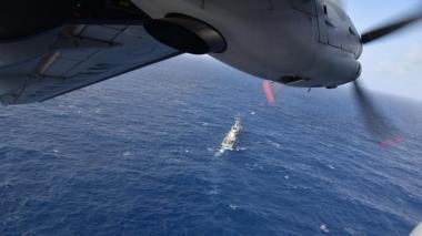 Un avión de la Armada en las labores de búsqueda.