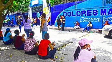 Docentes, padres de familia y estudiantes de la institución durante el plantón realizado este lunes.