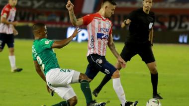 Juan David Rodríguez intenta sacar un remate.