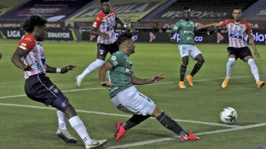 Andrés Arroyo supera la marca de Fabián Viáfara y remata al arco. La pelota se le enredó un poco a Viera.