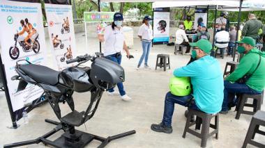 Varios motociclistas participan de una charla.