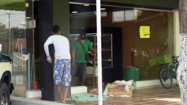 Ladrones de supermercado iban por el arma del vigilante: Policía