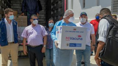 El viceministro junto a autoridades locales reciben las vacunas de Pfizer.