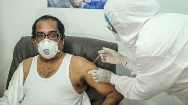 """""""No sentí nada"""": primer inmunizado contra covid-19 en Cartagena"""