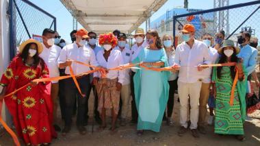 El presidente corta la cintar de una nueva pila pública de agua en Wimpeshi.