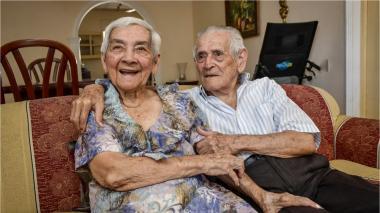 Carmen y Manuel llevan 64 años de matrimonio. Fueron vacunados contra la covid-19 el día de ayer.