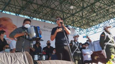 """Vuela alto Jilguero"", Silvestre le canta a su padrino en homenaje póstumo"